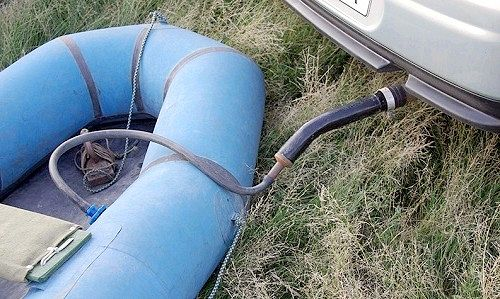Цікаве застосування автомобіля як насоса для гумового човна