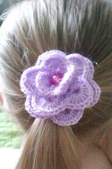 Ще одна прикраса для волосся - в'язана гумка у вигляді трояндочки