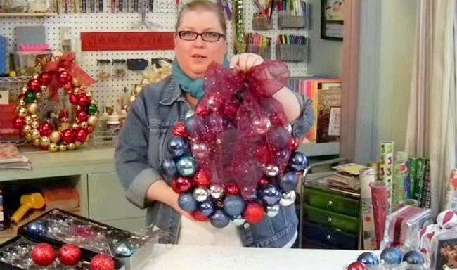 Як зробити новорічний вінок з ялинкових куль? Це займе у тебе всього 10 хвилин.