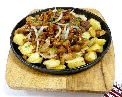 Як смажити картоплю з грибами та цибулею